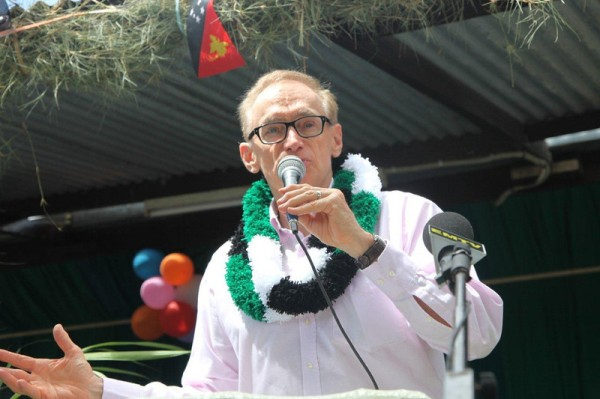 Foreign Minister Bob Carr addresses staff, patients and community at Mount Hagen Hospital, Papua New Guinea Highlands on December 4. 2012 (Photo: Michael Wightman)