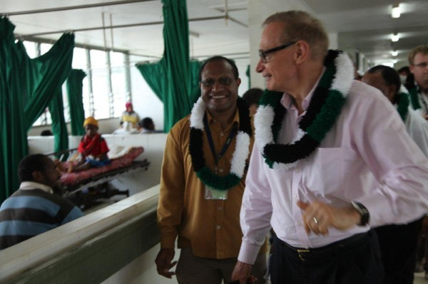 Foreign Minister Bob Carr chats with patients at Mount Hagen Hospital, Papua New Guinea Highlands on December 4, 2012 (Photo: Michael Wightman)