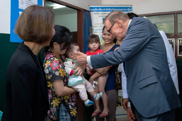 Foreign Minister Bob Carr and Helena Carr greet patients at the Vientiane Ophthalmology Centre (Photo: Bart Verweij/AusAID)