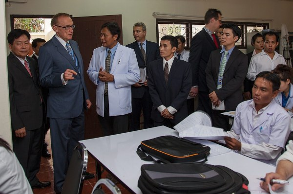 Foreign Minister Bob Carr meets a class of ophthalmology students at the National Ophthalmology Centre in Vientiane on February 18, 2013 (Photo: Bart Verweij/AusAID)