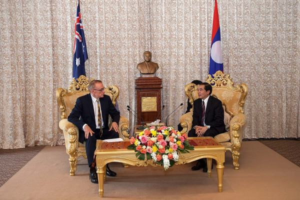 Foreign Minister Bob Carr and Governor of Luang Prabang Province Dr Khampeng Xaysompheng on February 19, 2013 (Photo: Bart Verweij/AusAID)