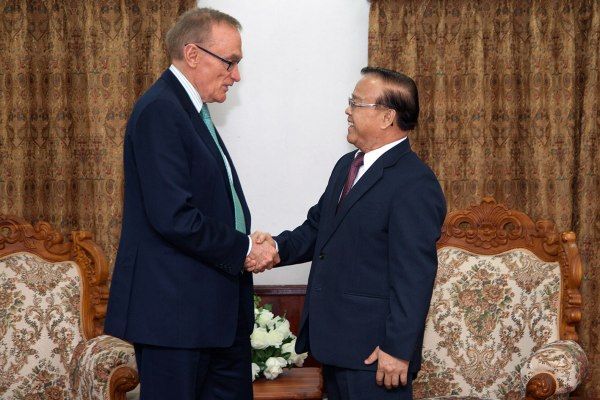 Minister Bob Carr with Laos Minister of Planning and Investment Somdy Douangdy in Vientiane on February 20, 2013 (Photo: Bart Verweij/AusAID)