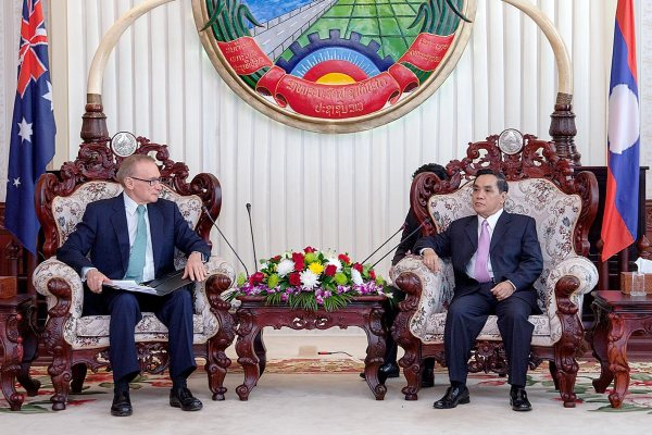 Foreign Minister Bob Carr and Laos Prime Minister Thongsing Thammavong on February 20, 2013 (Bart Verweij/AusAID)