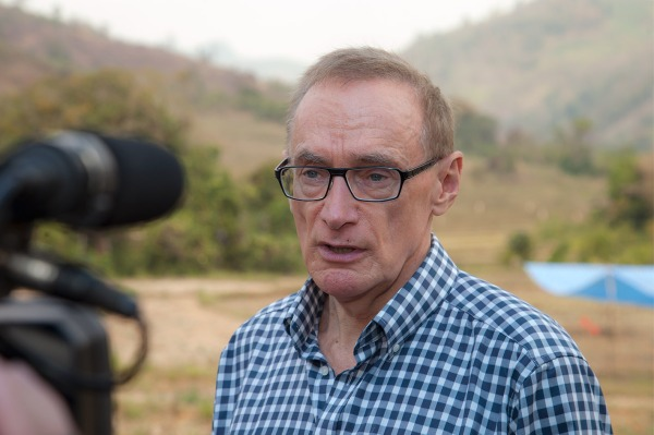 Foreign Minister Bob Carr at UXO clearance site in Laos on February 20, 2013 (Photo: Bart Verweij/AusAID)