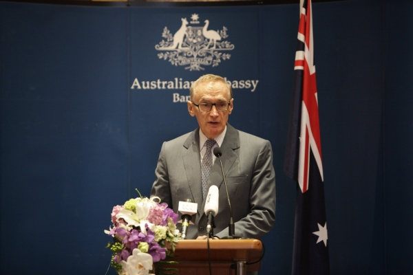 Foreign Minister Bob Carr announces further assistance for Myanmar at a press conference at the Sukosol Hotel in Bangkok on February 21, 2013 (Photo: Korakosh Phanpruksa)